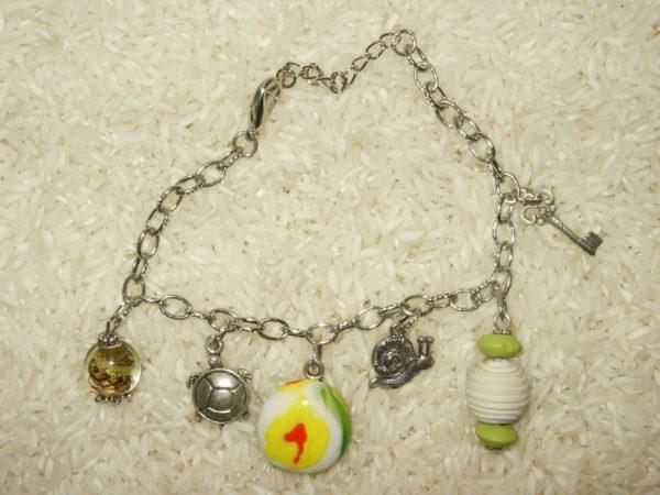 Bracelets maille argent avec six breloques fantaisie dont une perle faite main (technique du fusing).