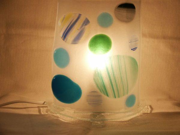 Lampe bulles bleues allumée