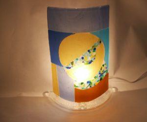 Lampe à la lune jaune allumée